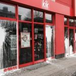 Filiale von Kik mit Farbe und Steinen angegriffen
