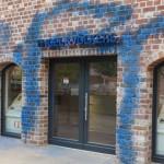 Hämmer und Farbe gegen Immobilienbüros