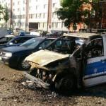 Drei Polizeiautos abgefackelt