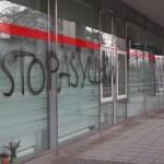 Ausländerbehörde in Leipzig mit Farbe und Steinen attackiert