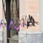 Farbe gegen zahlreiche Luxusboutiquen
