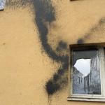 Brennende Reifen und Farbe gegen A&O Hostel