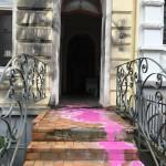 Farbe und Kleber gegen Wohnhaus von Akif Pirinçci