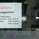 Steine und Farbe gegen Büro von Katrin Vogel (CDU)