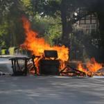 Barrikaden und Naziauto brennen wegen Naziaufmarsch
