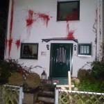 Farbe gegen Haus von AfD-Familie
