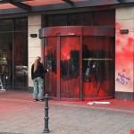 Farbe und Steine gegen Ausländerbehörde