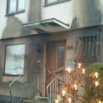 Sachschaden an PKWs und Hausfassade von Rassisten
