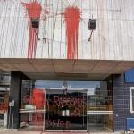Ausländerbehörde verkettet und mit Farbe beworfen