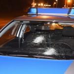 Steine gegen fünf Polizeiautos