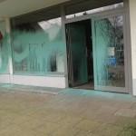 Steine und Farbe gegen Lokalitäten mit AfD-Bezug
