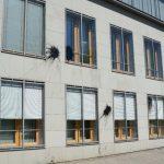 Bitumen und Steine gegen Haus der Deutschen Wirtschaft