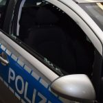 Steine gegen Polizeistreife