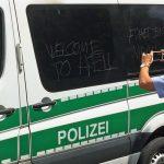 Scheiben bei 15 Polizeifahrzeugen zerkratzt
