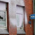 Farbe und Steine gegen Polizeiwache