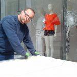 In der Rostocker Innenstadt sind die Scheiben mehrere Läden in der Nacht von Freitag auf Samstag von Unbekannten beschädigt worden. Insgesamt 16 Schaufenster und eine Eingangstür gingen zu Bruch.