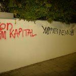 Zahlreiche Graffitis an Wänden und Autos