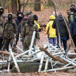 Barrikaden, Trafostation angezündet und Steine gegen Polizei
