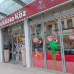 Farbe und Steine gegen Restaurant und Supermarkt