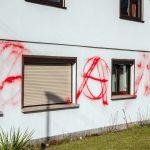 Angriff auf Wohnhaus und Auto