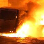 Brandanschläge auf Siemens-Standort und Transporter