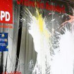 Glasbruch und Farbe für Parteibüros von CDU, SPD und FDP