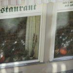 Glasbruch an und Buttersäure in Restaurants von rechten