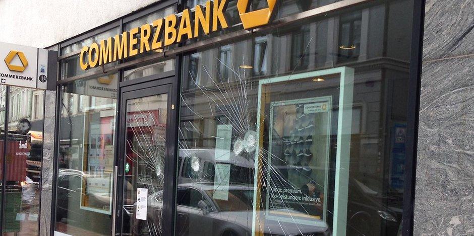 Steine Und Farbe Gegen Deutsche Bank Und Commerzbank