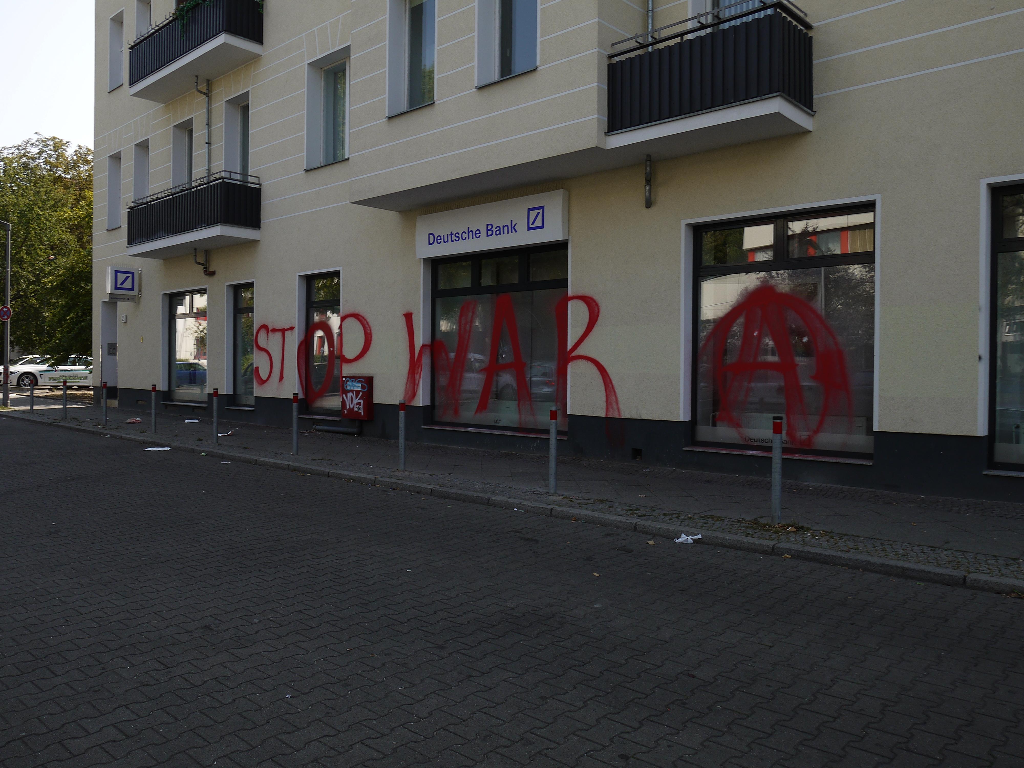 Zwei Filalen Der Deutschen Bank Beschadigt