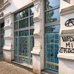 Steine gegen Commerzbank-Filiale