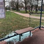 Glasbruch an Polizeiwache und Bushaltestellen