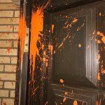 Farbe gegen Wohnhaus von Erika Steinbach