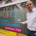 Steine gegen FDP-Büro