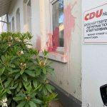 """Farbgläser auf CDU und das """"Deutsche Rote Kreuz"""" geworfen"""