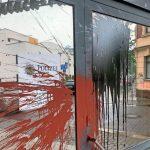 Farbe und Steine gegen Polizeiposten