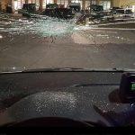 Steine gegen Polizeiwagen