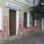 Farbe gegen christliche Fundamentalisten