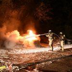 Feuer auf Parkplatz eines Jeep-Autohändlers gelegt