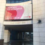 Farbflaschen und Steine gegen SPD-Zentrale