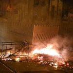 Feuer entzündet und Polizei angegriffen