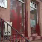 Steine und Farbflaschen gegen AfD-Büro