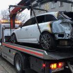 Autos vor Polizeiwache angezündet