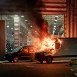 Fahrzeuge bei Mercedes- und Toyota-Autohäusern in Brand