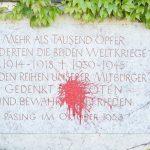 Farbe gegen Kriegerdenkmal