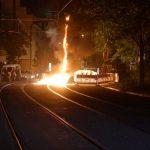Baustellenmaterial als brennende Barrikade