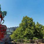 Farbe gegen Reiterdenkmal