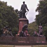Farbe gegen Bismarck-Denkmal, Preußen-Statuen und U-Bahnhof-Namen