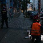 Während Stromausfall Barrikade gebaut und Graffiti gemalt