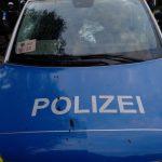 Polizeiwagen mit Steinen und Farbe attackiert