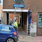 Polizeiwache mit Farbe beschmissen